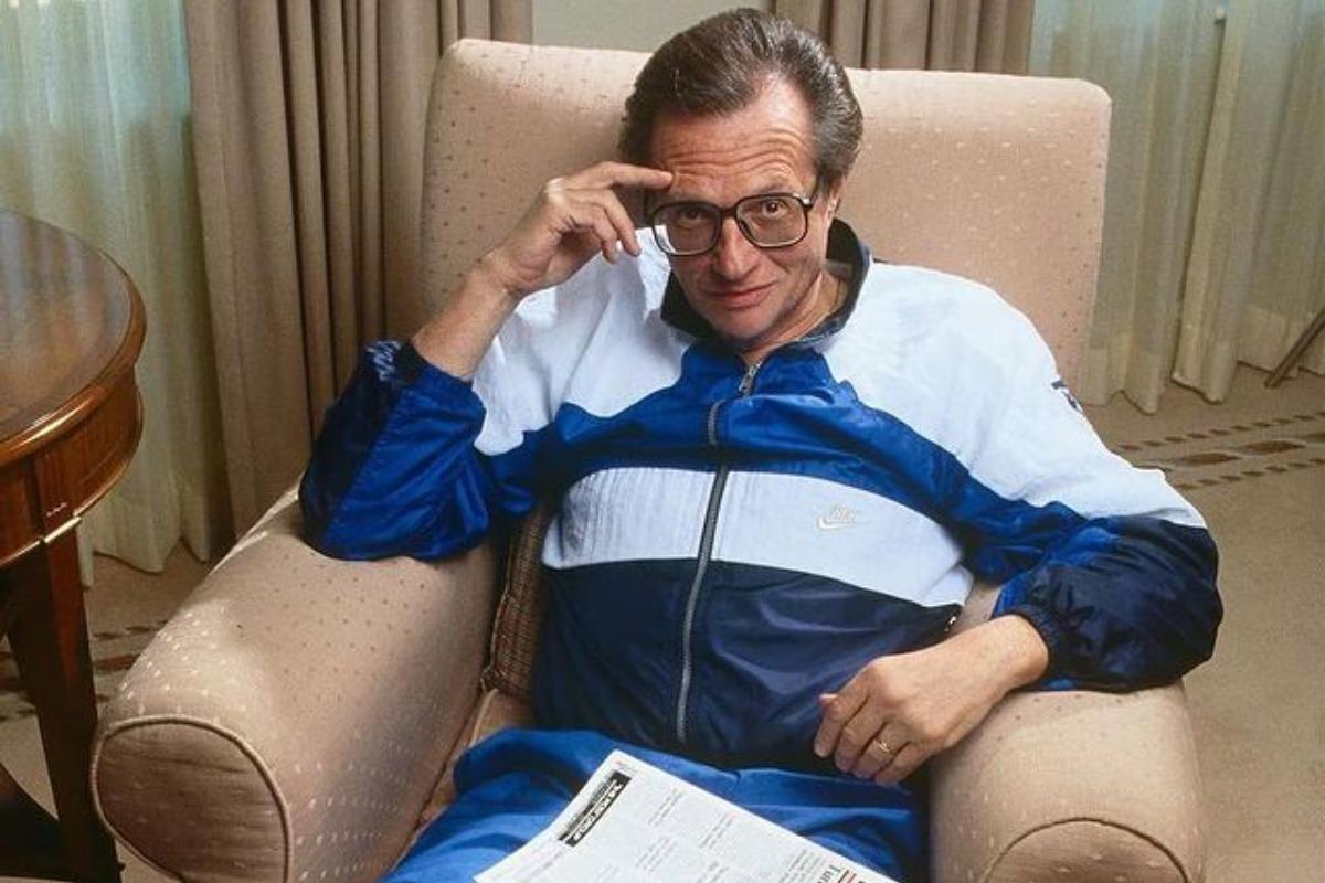 Imagem posada do jornalista Larry King. Ele está sentado em uma poltrona.