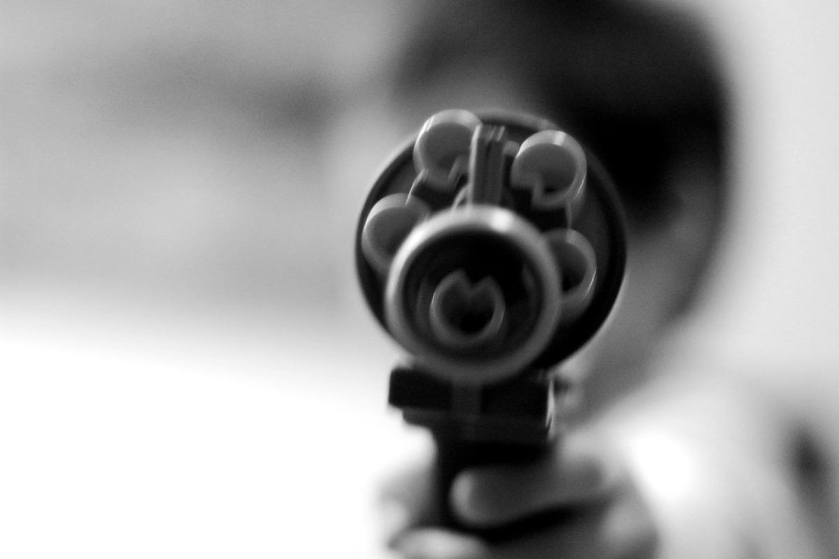 Imagem mostra uma arma apontada