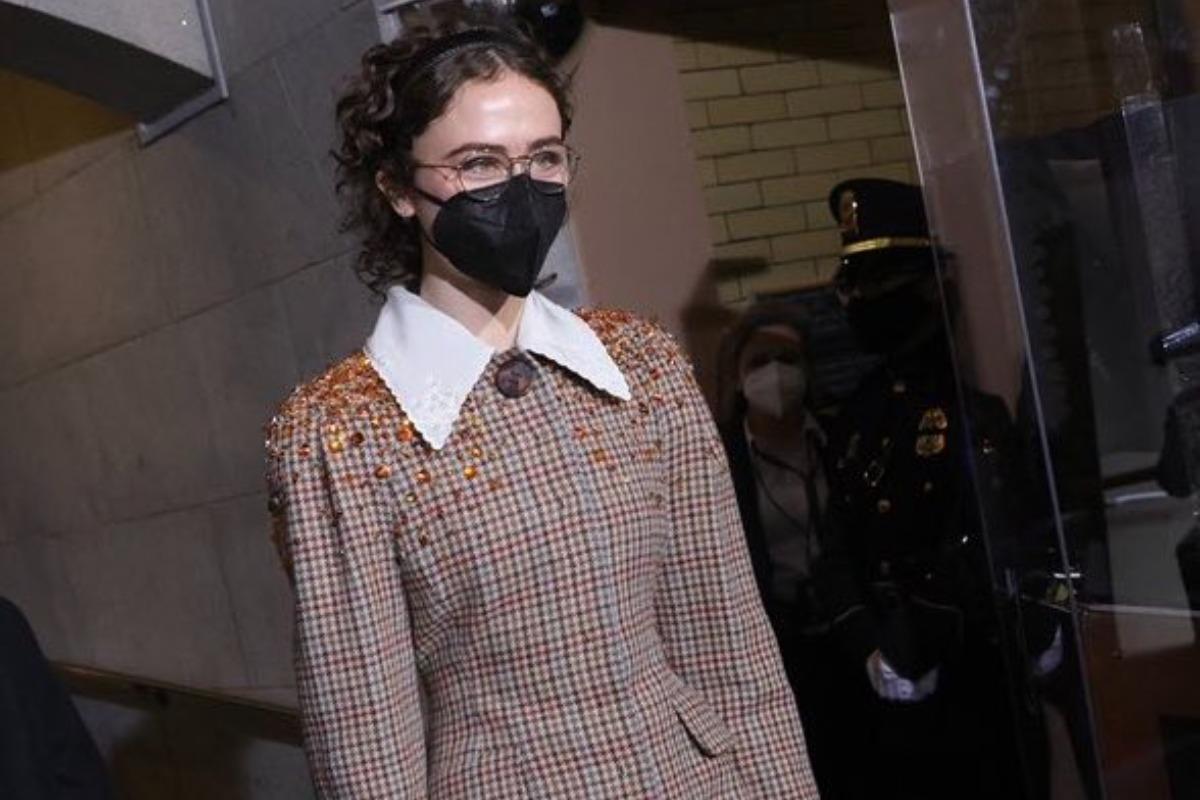 Na imagem Ella Emhoff prestes a se apresentar na posse de Joe Bidem
