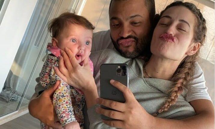 Cantor com a esposa e a filha