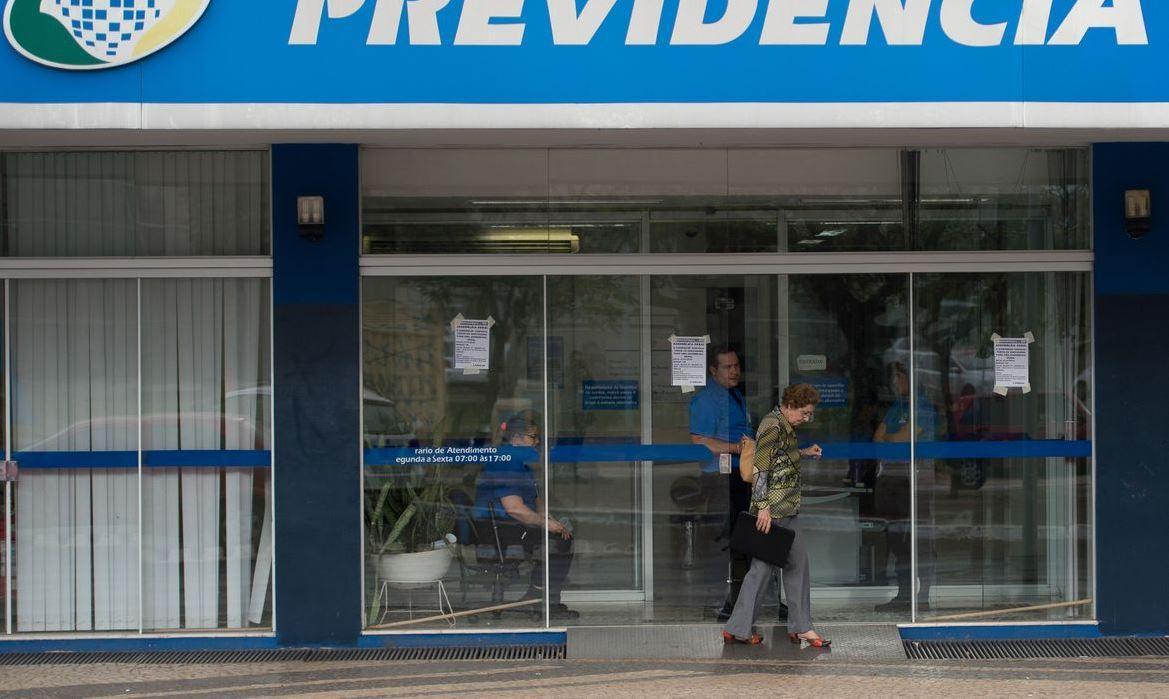 Foto mostra fachada de agência da Previdência Social.