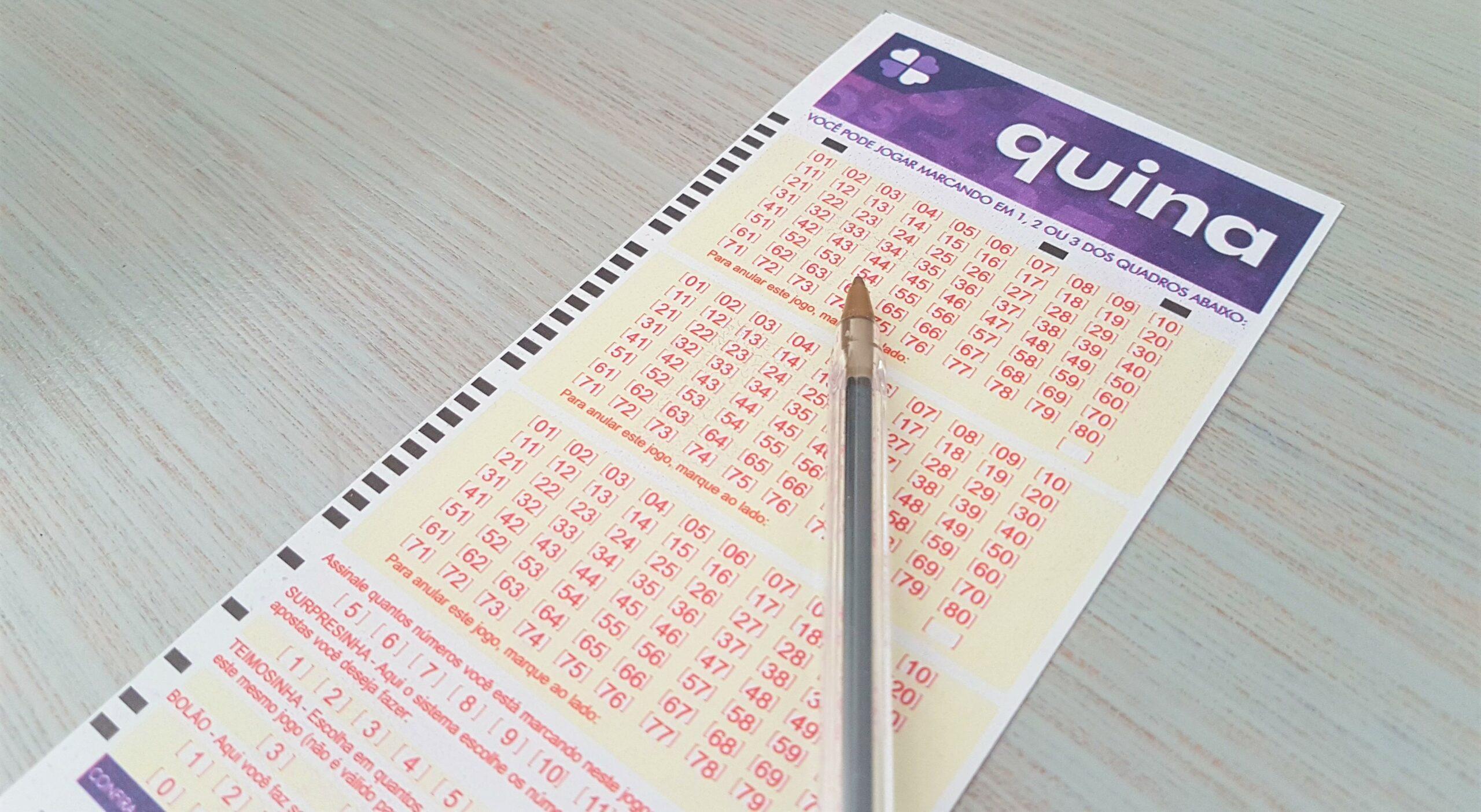 resultado da quina 5474 - a imagem mostra um voltante da quina em branco e uma caneta