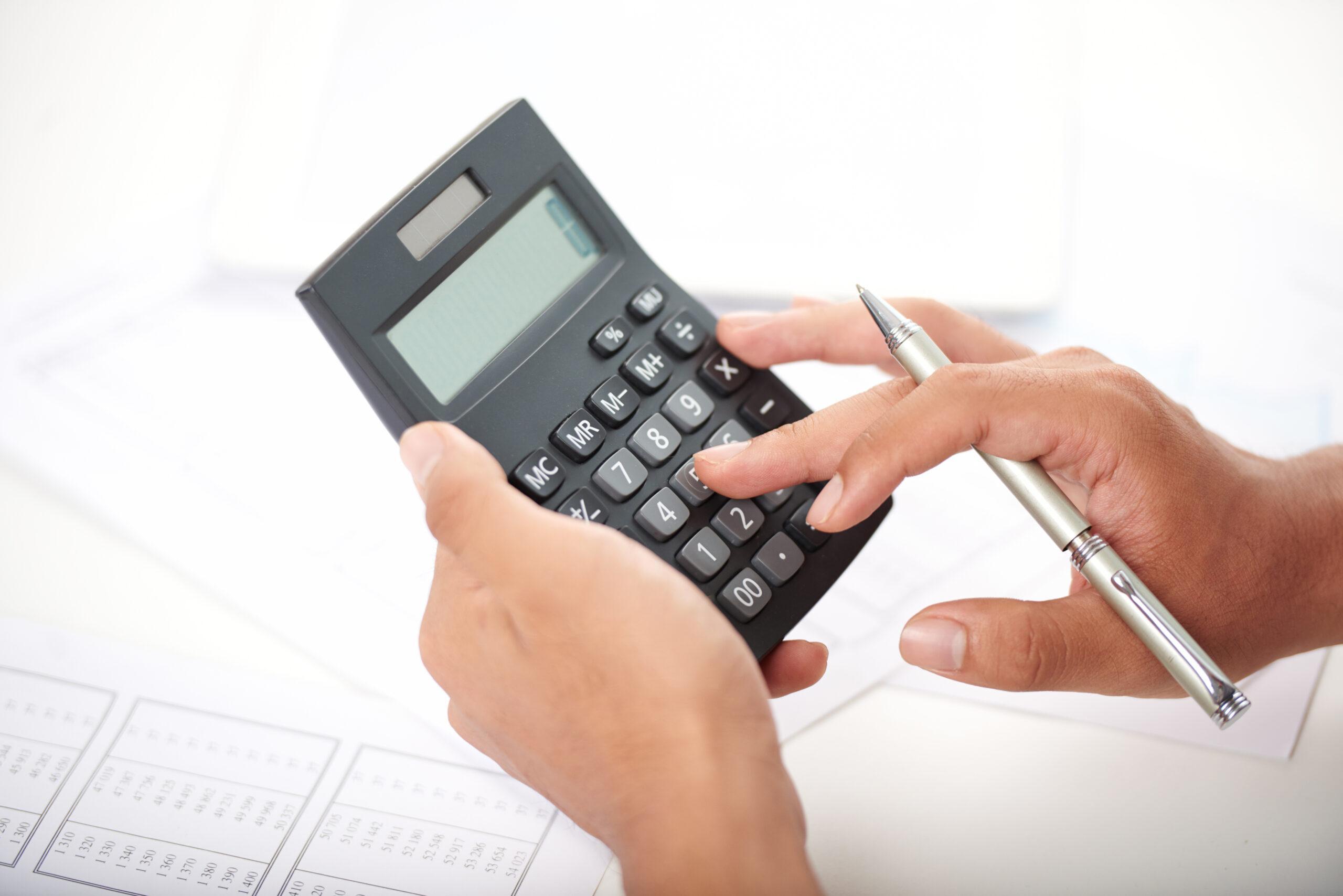 Pessoa usando calculadora