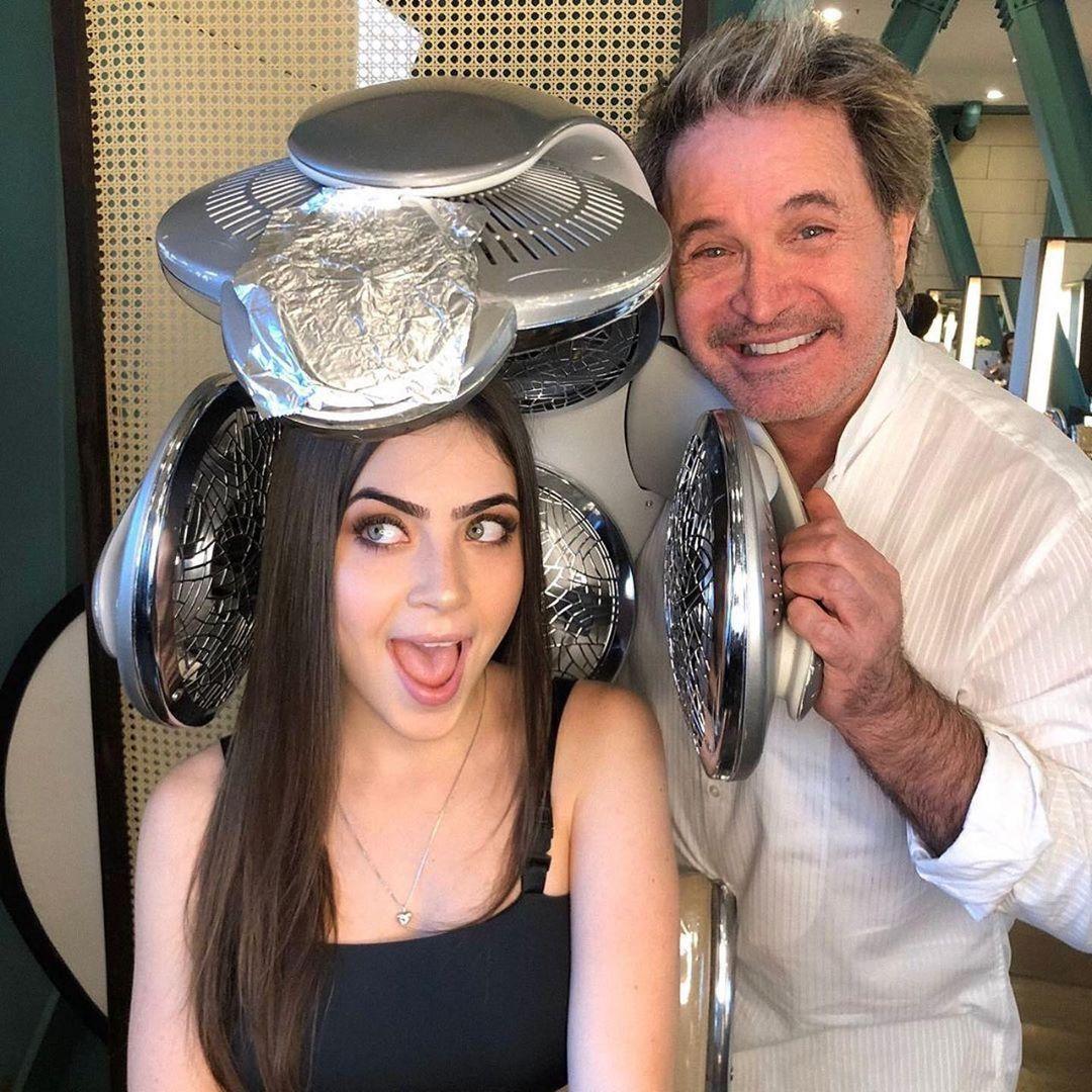 Imagem mostra o cabeleireiro Wanderley e Jade Picon