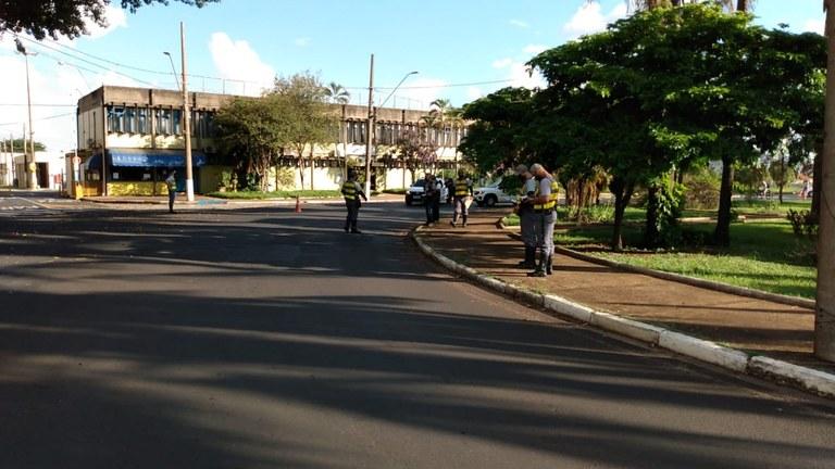 Imagem mostra rua vazia de Araraquara, cidade que está na lista de cidades em lockdown no Brasil