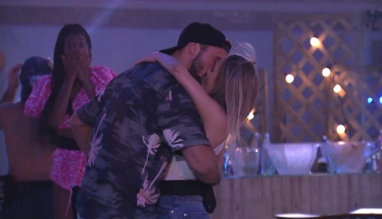 Arthur e Carla se beijaram no BBB21
