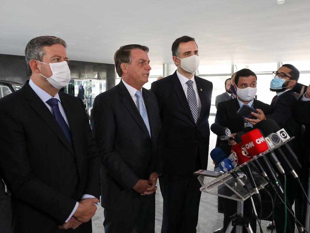 Imagem mostra o presidente Jair Bolsonaro acompanhado de Rodrigo Pacheco e Arthur Lira