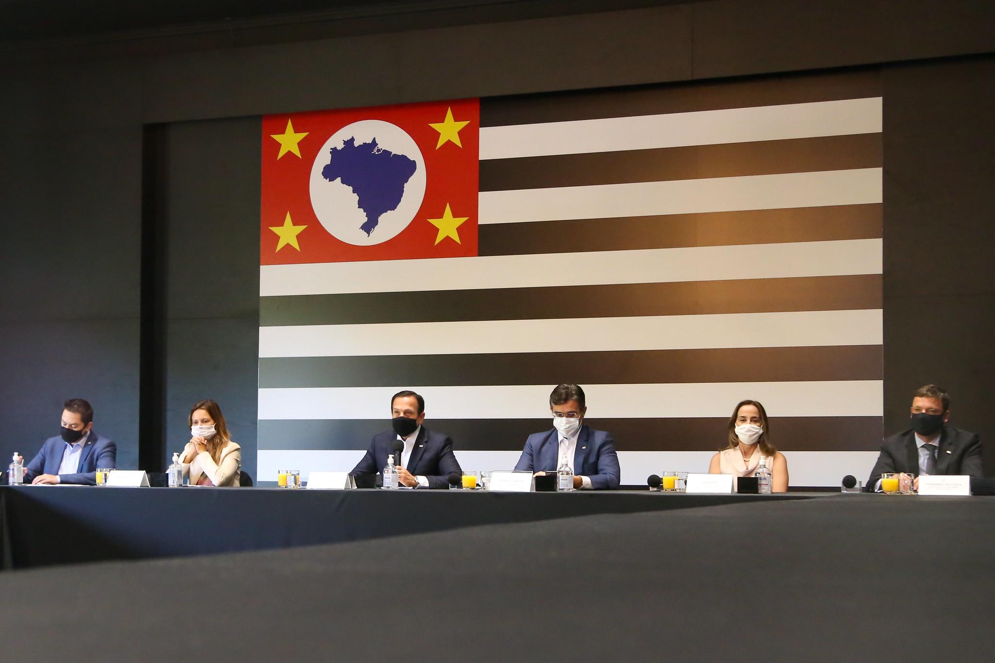 Imagem mostra membros do governo de João Doria durante entrevista coletiva. Plano São Paulo irá passar por reclassificação