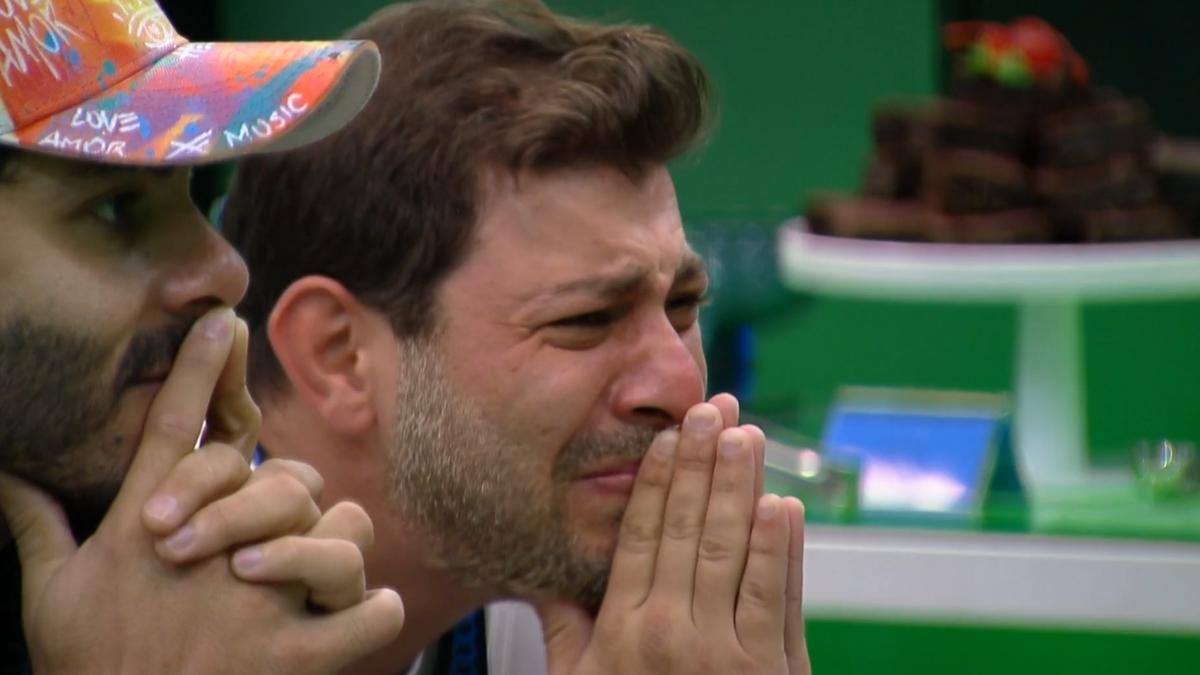 Imagem mostra Caio chora no almoço do Anjo do BBB21