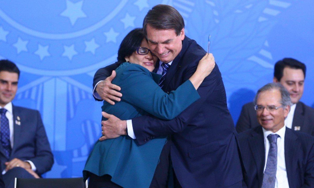 Imagem mostra Damares Alves e Jair Bolsonaro damares direitos humanos