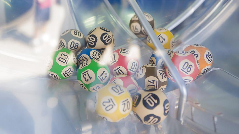 resultado das Loterias caixa - a imagem mostra o interior de um dos globo utilizados nos sorteio das loterias caixa com diversas bolas que são usadas nos sorteios das modalidades lotéricas