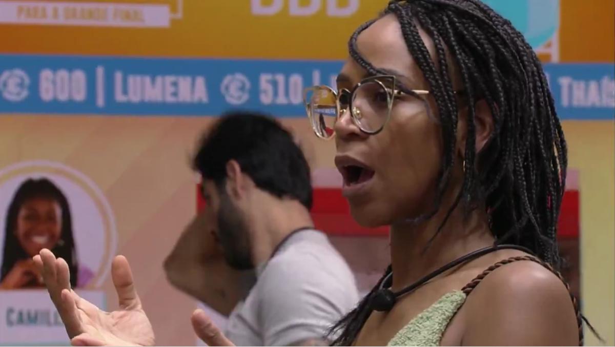 Imagem mostra Karol Conka se confunde sobre estalecas no BBB21