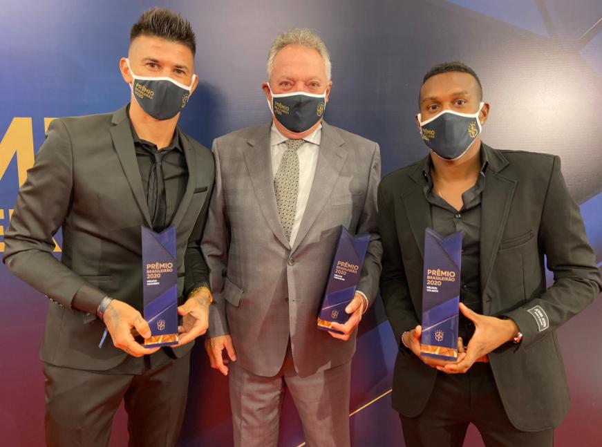 Abel Braga ao lado dos jogadores Cuesta e Edenílson; ambos representaram o Inter na premiação