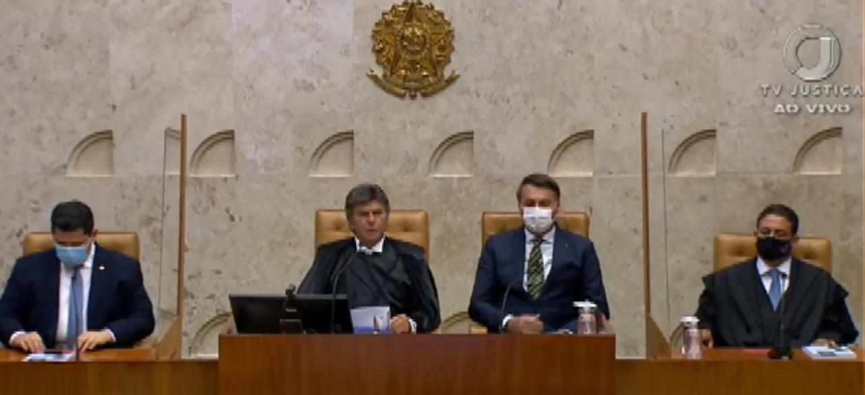 Foto mostra Fux a direita e Bolsonaro a esquerda.