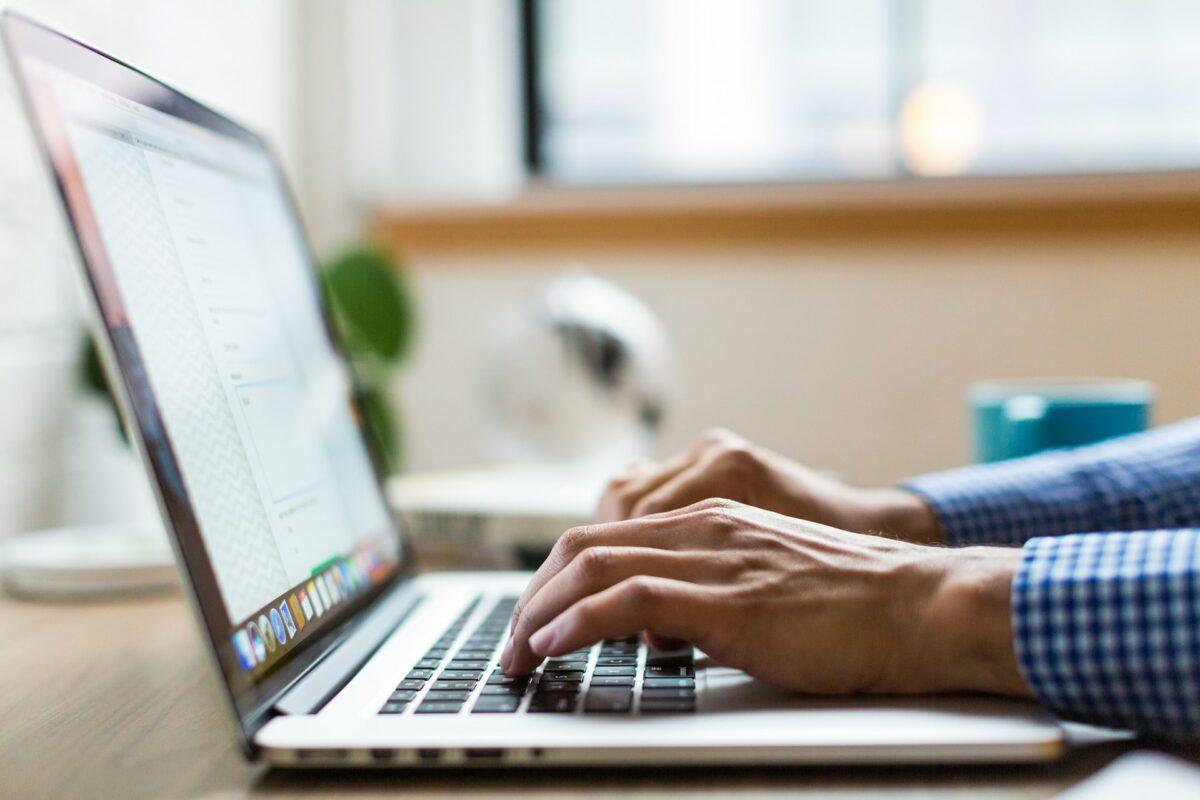 Pessoa usando computador.