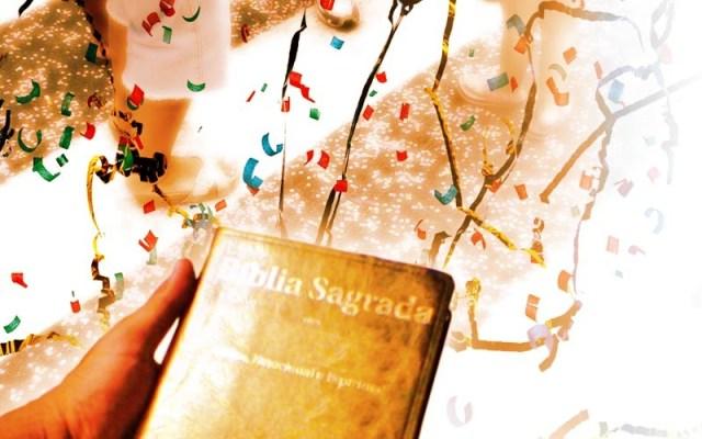 Imagem mostra bíblia Sagrada ao redor de confetes de carnaval