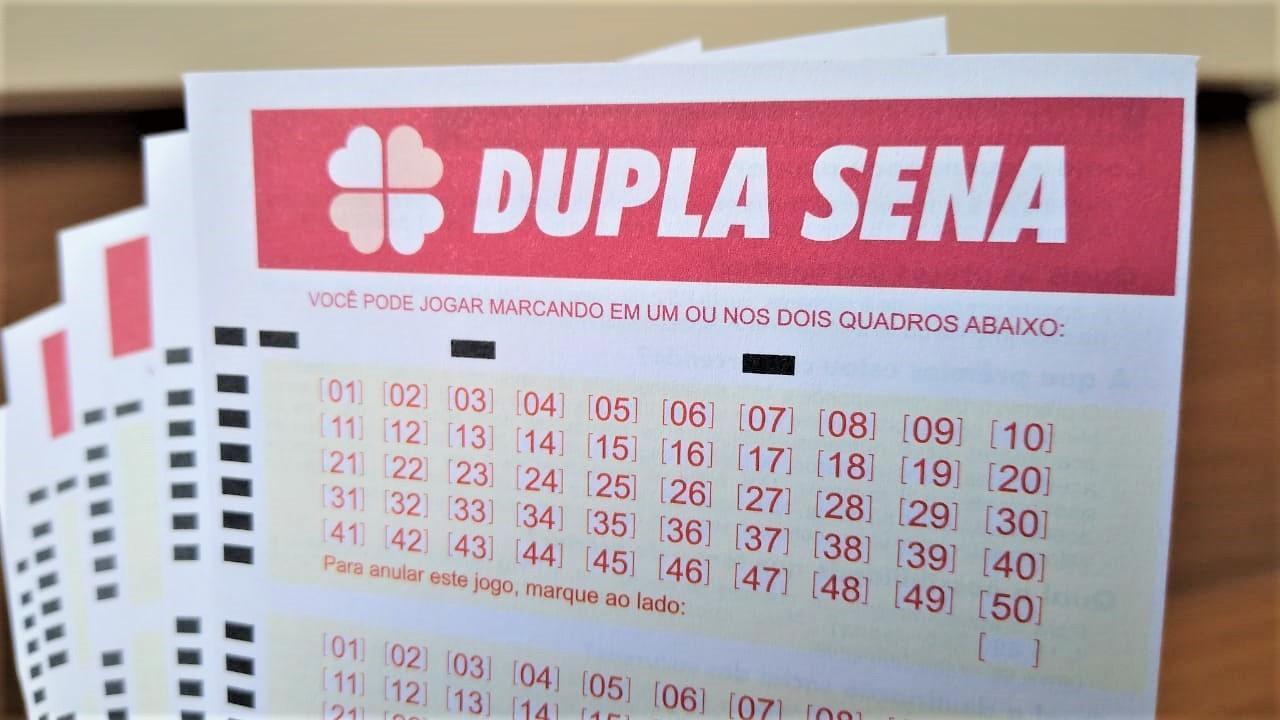 A imagem mostra um volante da Dupla Sena