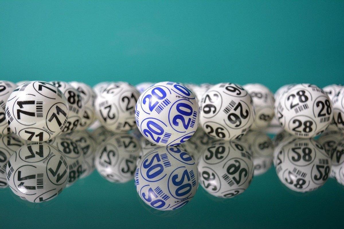 A imagem mostra bolas da sorte de loteria