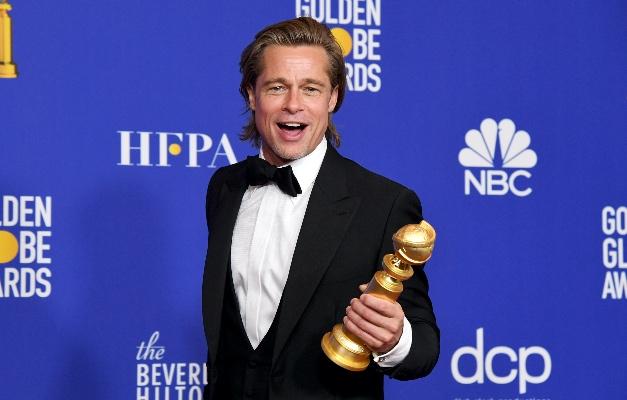 Foto mostra o ator norte-americao Brad Pitt segurando troféu do Globo de Ouro 2020
