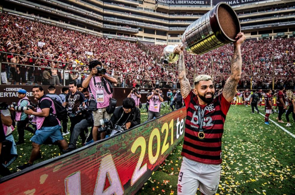 Gabigol com a taça da Libertadores, no título do Flamengo