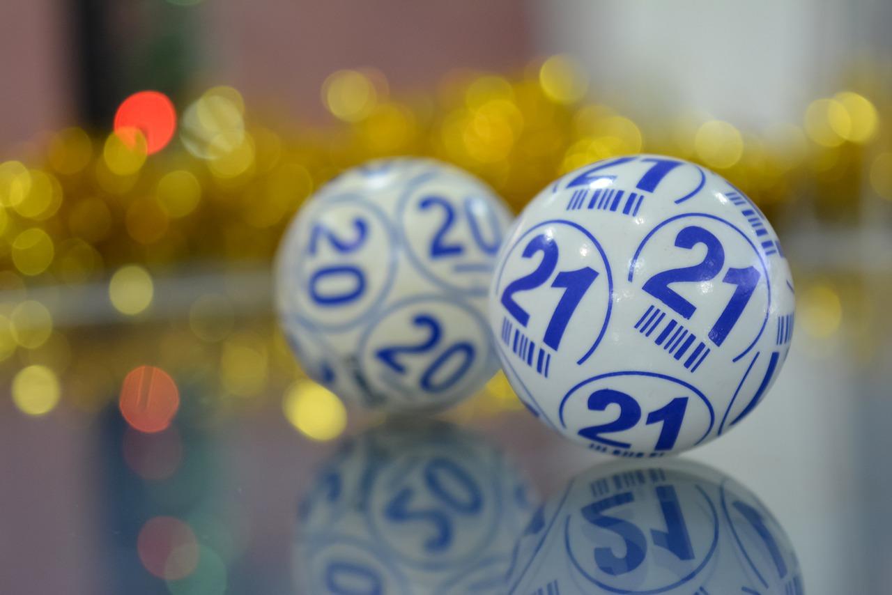 A imagem mostra bolas da sorte de loteria - Federal Especial de Natal