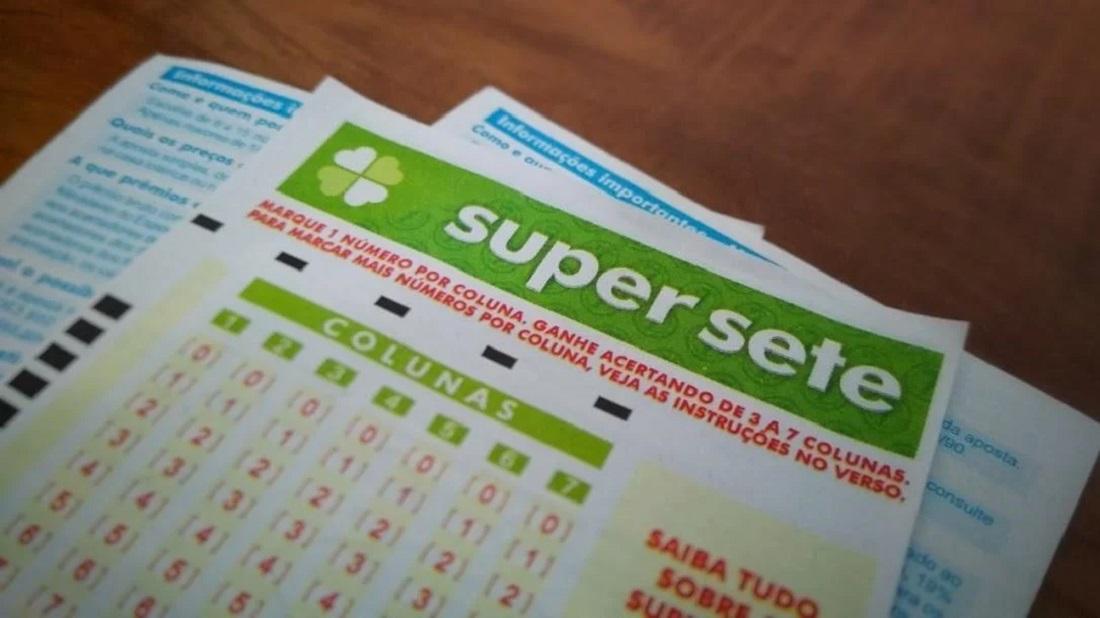 A imagem mostra volantes da loteria brasileira Super Sete