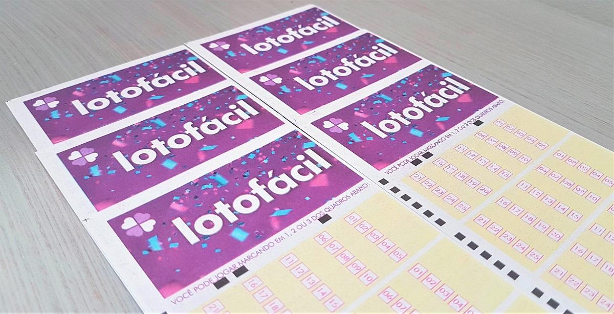 A imagem mostra volantes da loteria brasileira Lotofácil