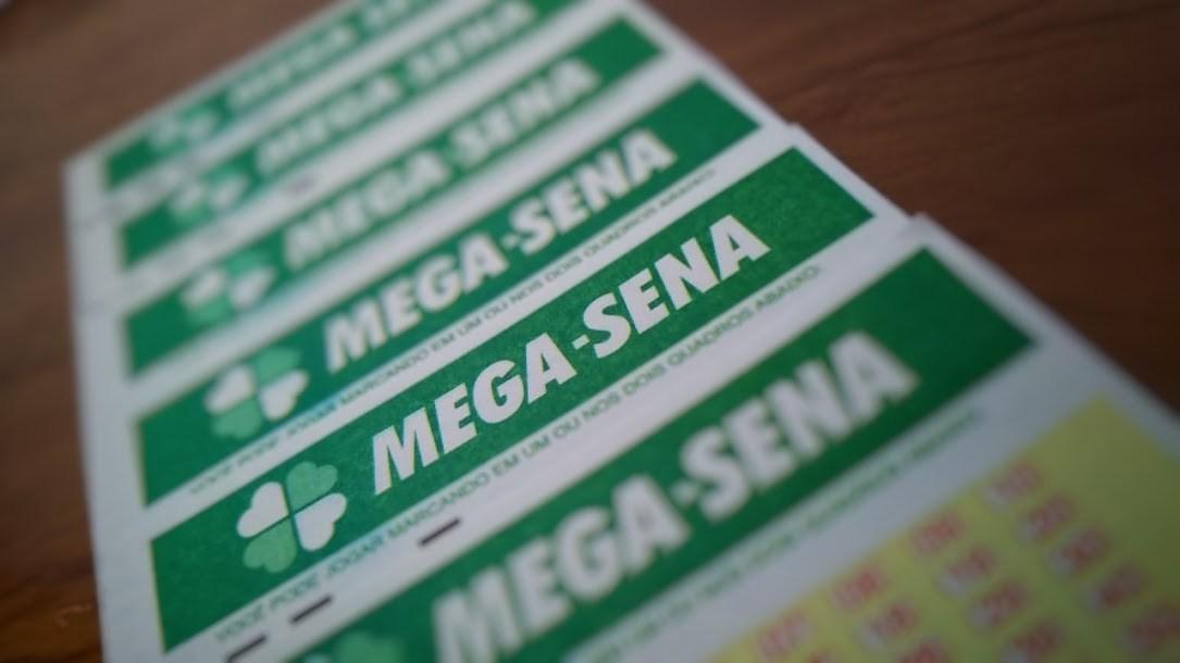 A imagem mostra uma fileira de volantes da Mega-Sena