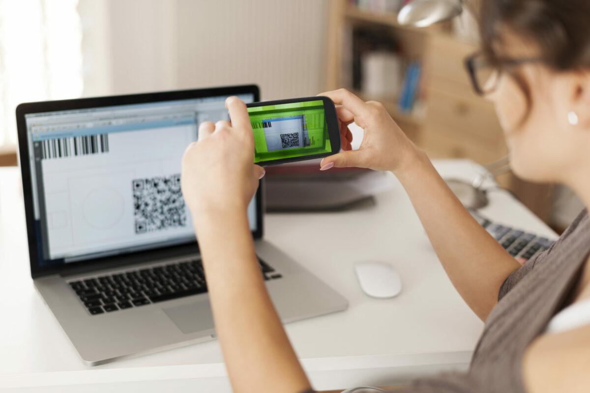 Pessoa usando QR Code. Pagar boleto com Pix