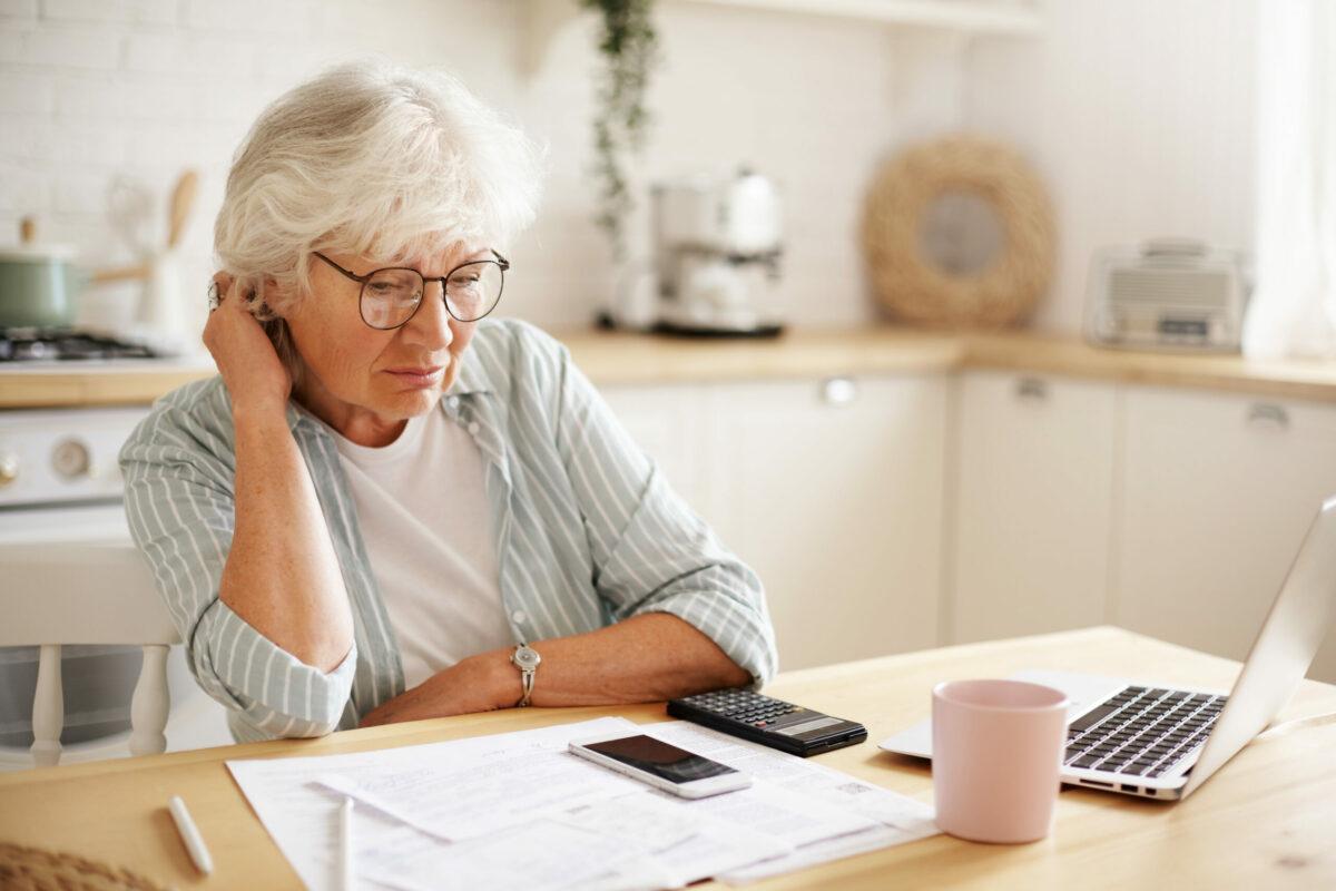 Mulher idosa verificando finanças