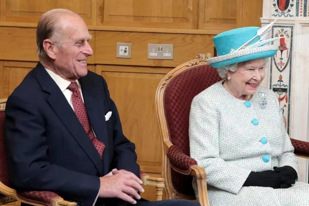 Imagem mostra os membros da realeza britânica, Príncipe Philip e Rainha Elizabeth II