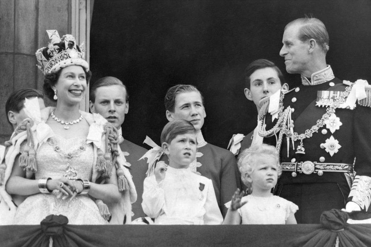 Imagem mostra Príncipe Philip ao lado da rainha Elizabeth em sua coroação