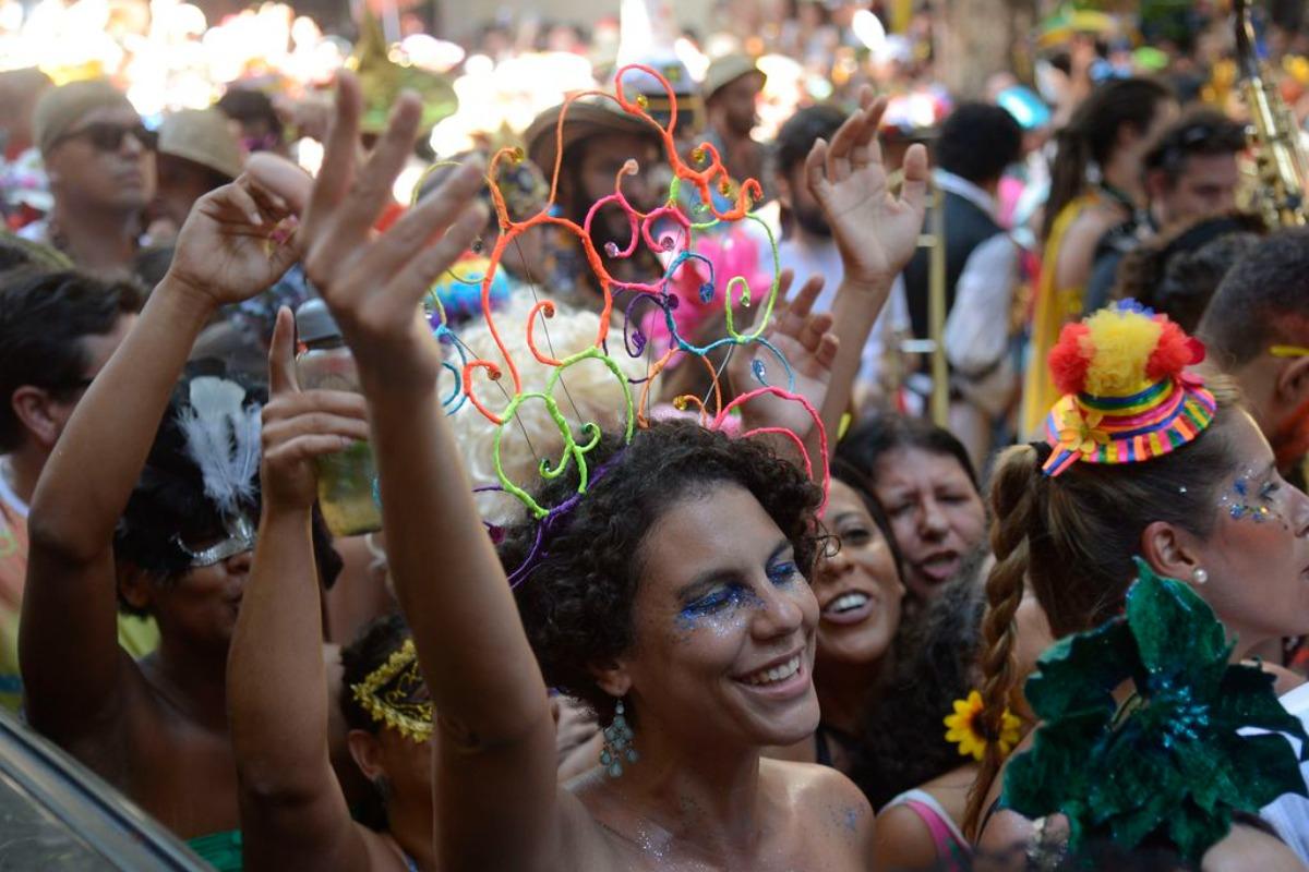 A foto mostra foliões no bloco de rua durante carnaval no Rio de Janeiro