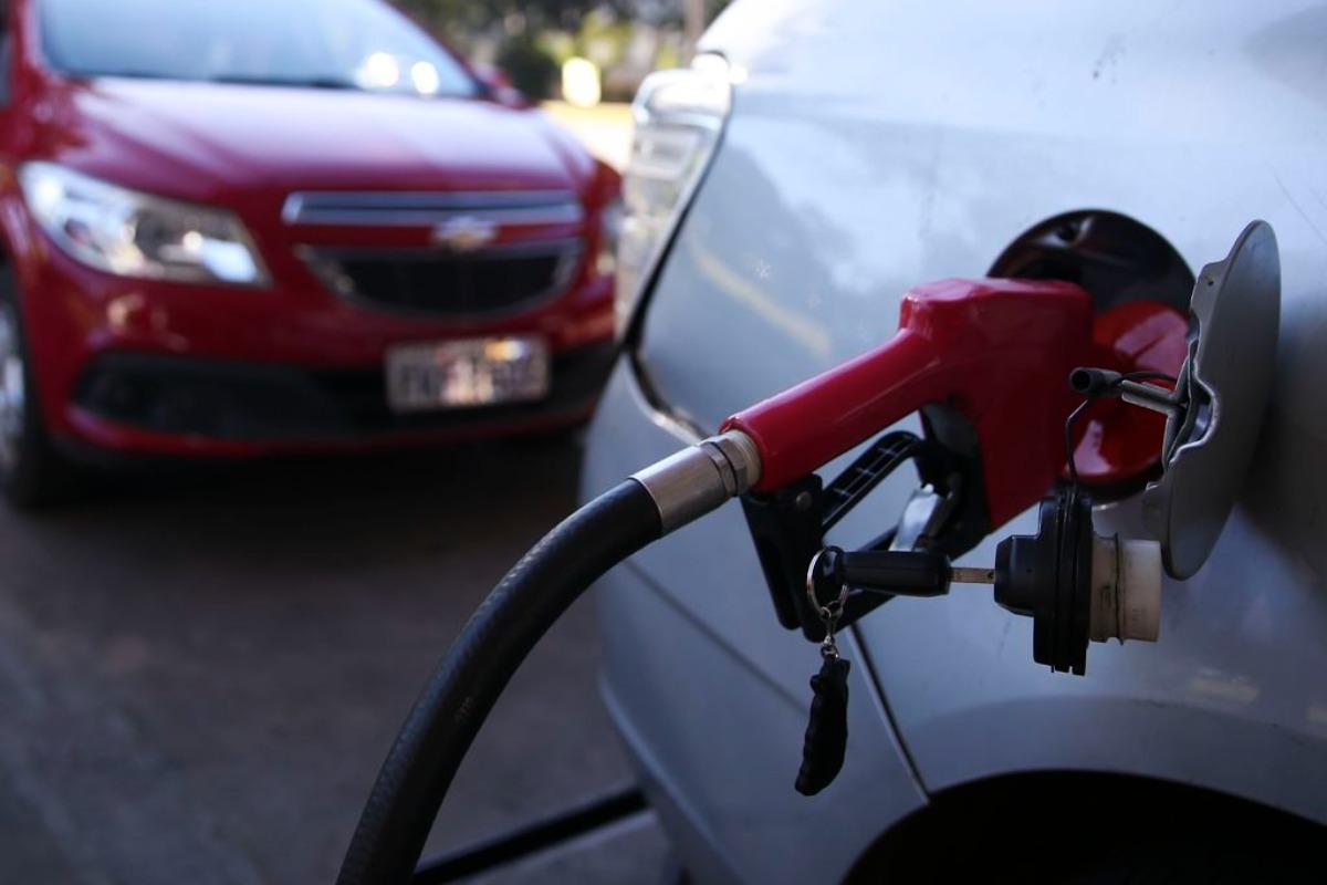 Imagem mostra carro sendo abastecido em posto