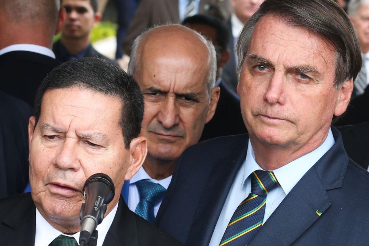 Imagem mostra Jair Bolsonaro (direita) acompanhado do seu vice, Hamilton Mourão (esquerda)