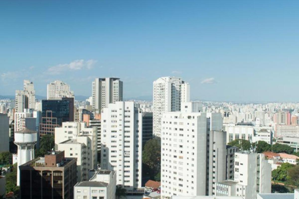 Imagem mostra céu azul sem nuvens na cidade de São Paulo, segundo previsão do tempo SP