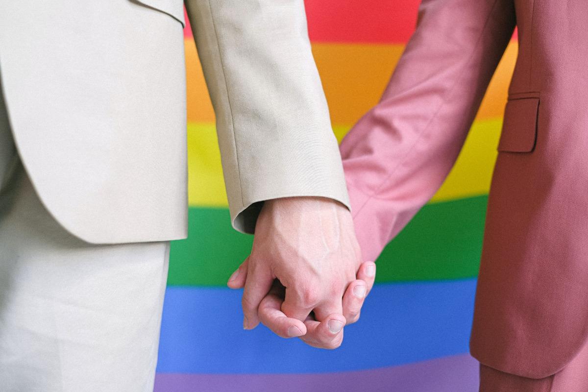 Imagem mostra duas mãos dadas - Campanha da Fraternidade 2021