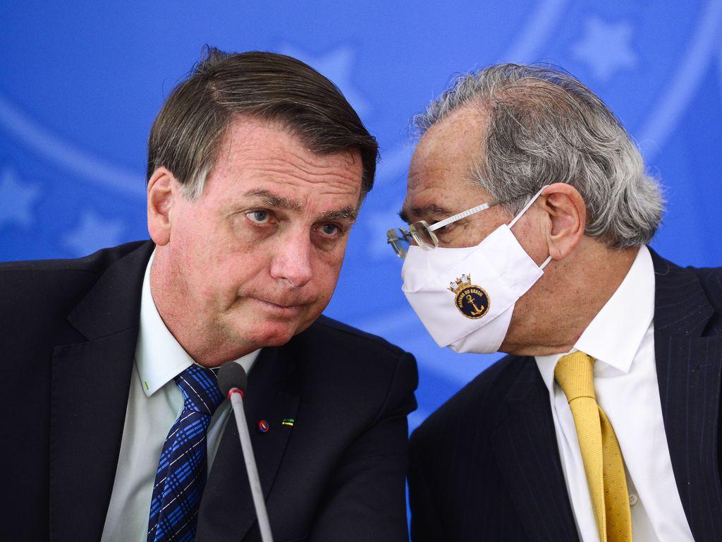 Imagem mostra Bolsonaro próximo a Paulo Guedes