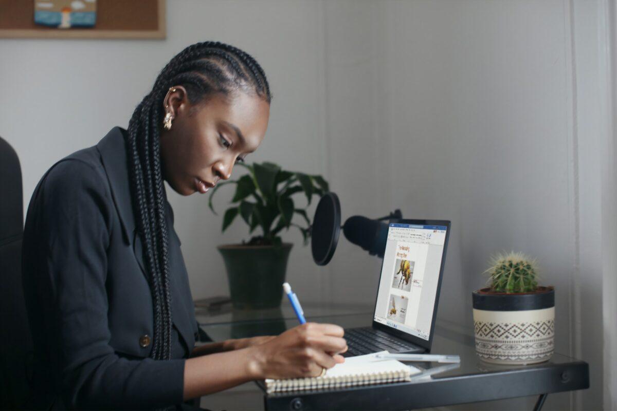 Mulher trabalhando com notebook. INSS complementar