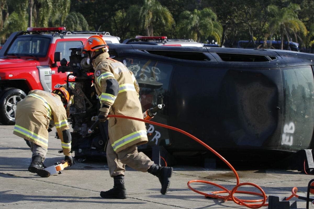 Simulação de resgate de vítima em acidente de trânsito
