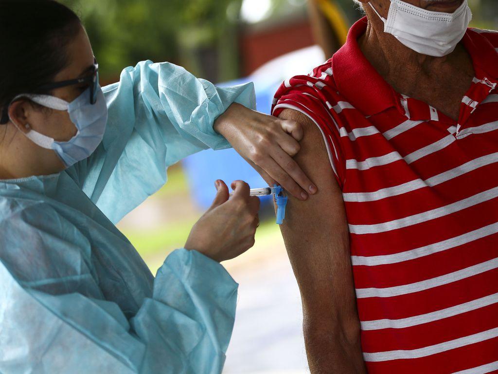 Imagem de homem em matéria sobre vacinação professores sp