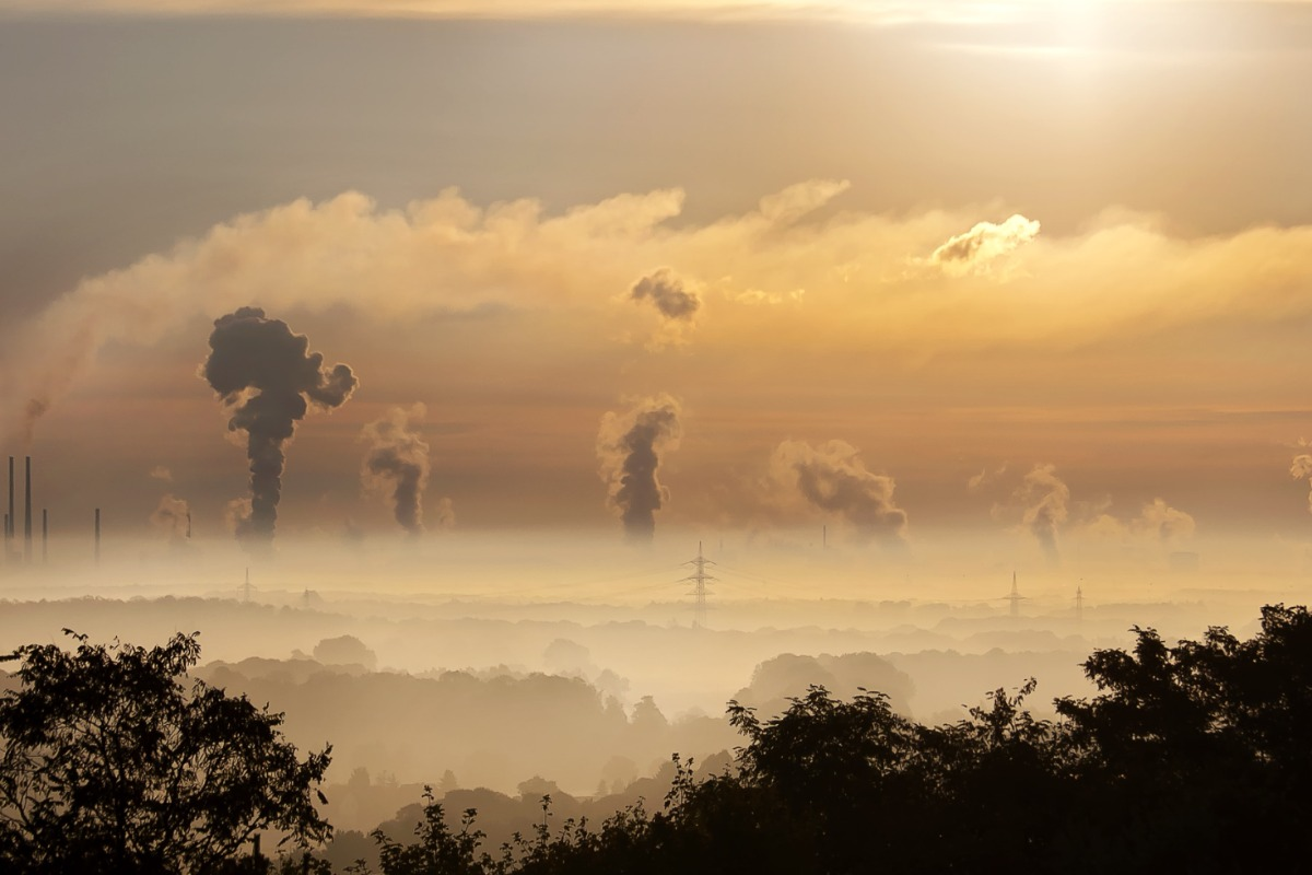 Imagem mostra fábricas poluindo com dióxo de carbono, que gera créditos de carbono