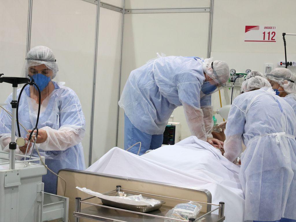 Imagem mostra médicos em hospital d- recorde de mortes covide campanha de covid-19. São Paulo deverá convocar mais médicos - covid-19 em sp
